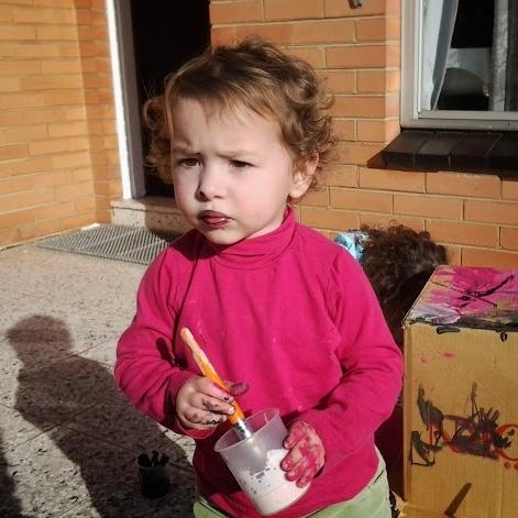 Bianca con un pincel en la mano y con pintura por todos lados