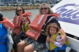 La familia Webster en un bote yendo a ver ballenas hace un par de semanas