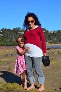 Liila, la panza y yo en la playa